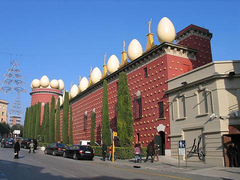 http://www.vuelaviajes.com/wp-content/2009/09/museo_dali.jpg