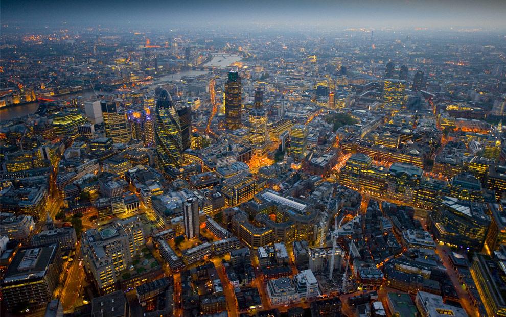 Londres de noche desde el cielo