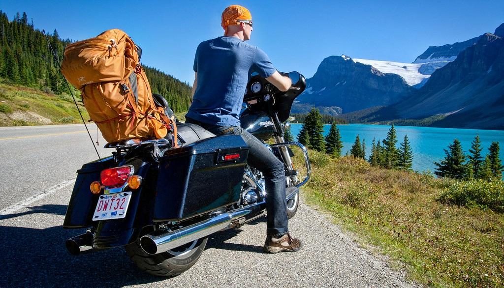 motociclista lago