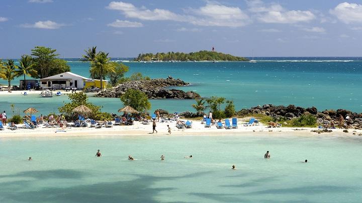 visitantes pasean por las playas de la Isla de Guadalupe