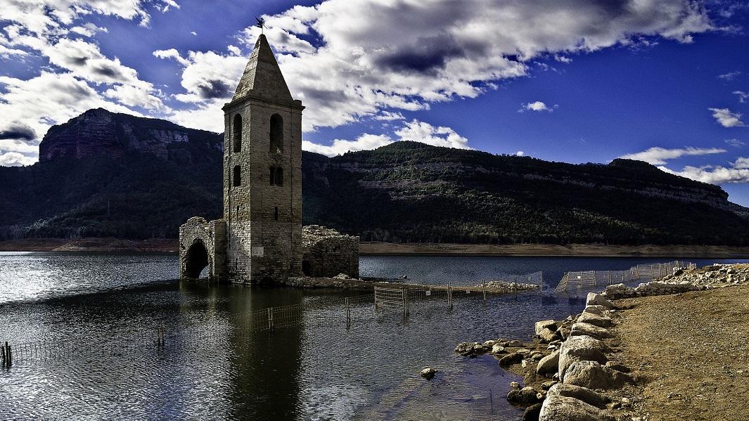 Pueblos sumergidos bajo el agua en espa a for Hoteles bajo el agua espana