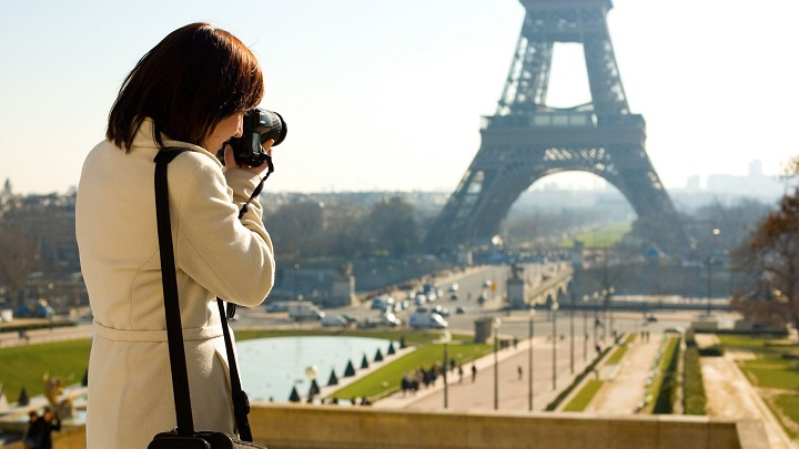mujer-fotografiando-la-Torre-Eiffel