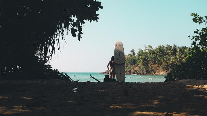 chica-sosteniendo-una-tabla-de-surf