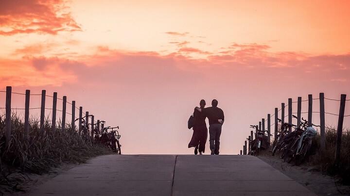 pareja-caminando-juntos