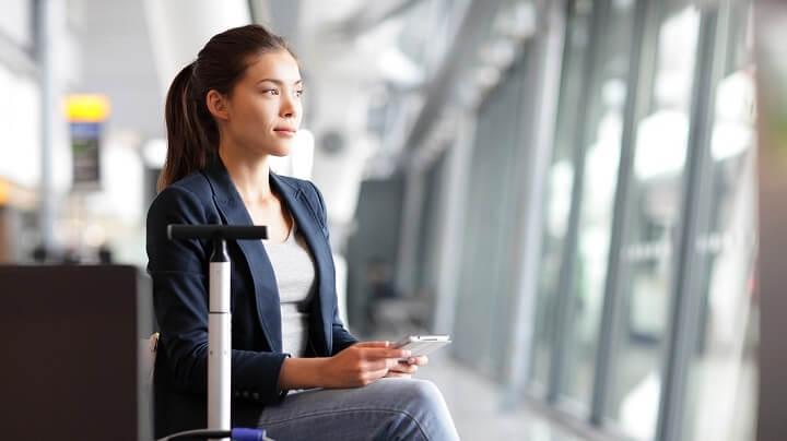 mujer-esperando-en-el-aeropuerto