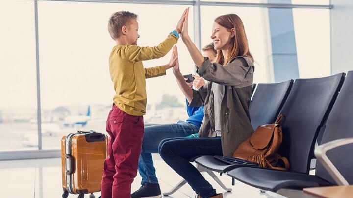 familia-esperando-en-el-aeropuerto