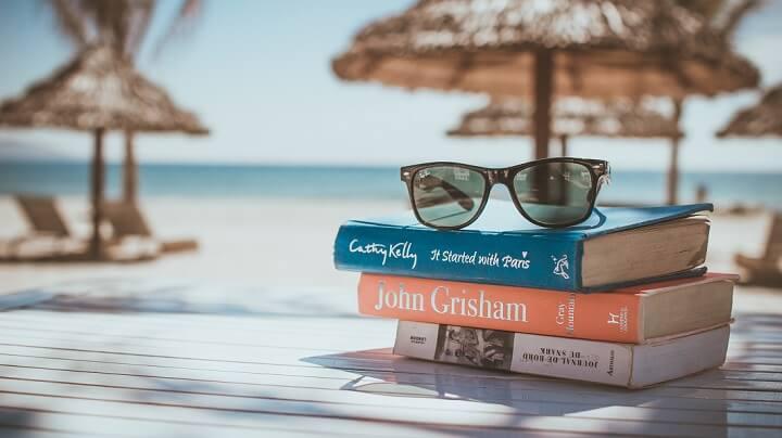 libros-y-gafas-playa