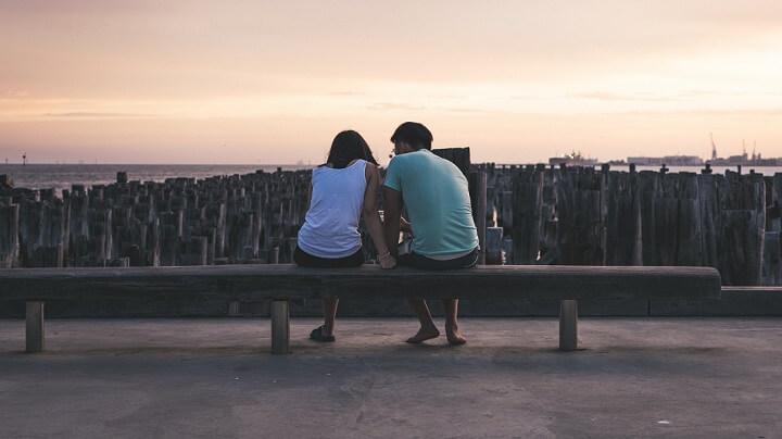 pareja-contemplando-atardecer