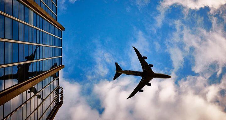 avion-sobrevolando-un-edificio